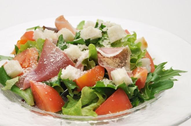 フレッシュトマトと生ハムのシーザースサラダ