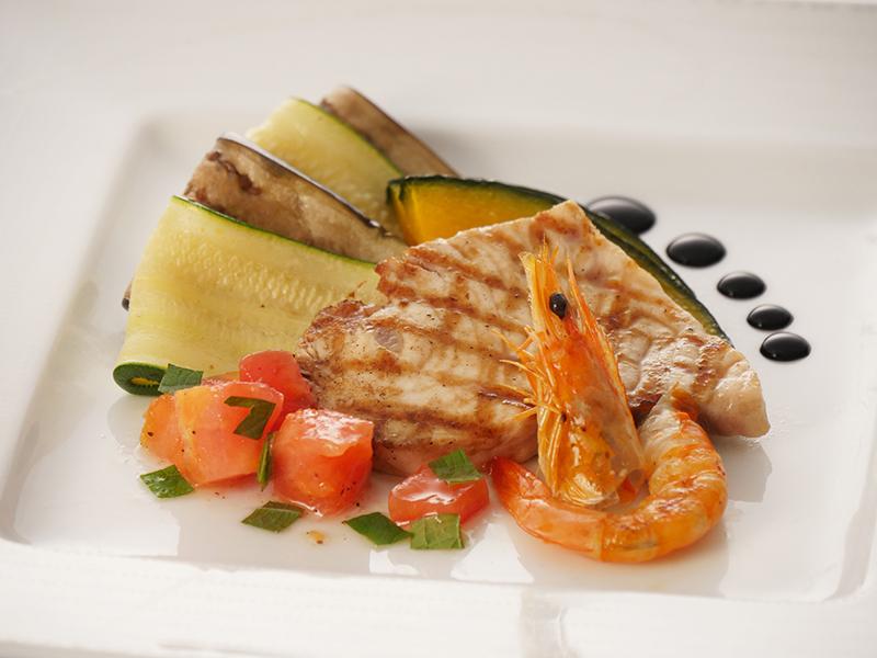 今月の魚料理 カジキマグロと海老のグリル フレッシュトマトソース
