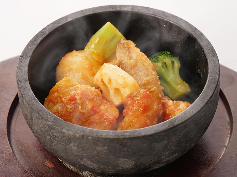今月の魚料理 アンコウと冬野菜の石焼きトマトスープ