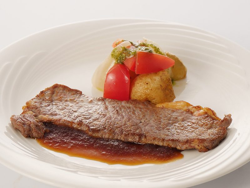 今月の肉料理 牛肉のソテーオニオンソース ポテトとトマトのバジルソース添え
