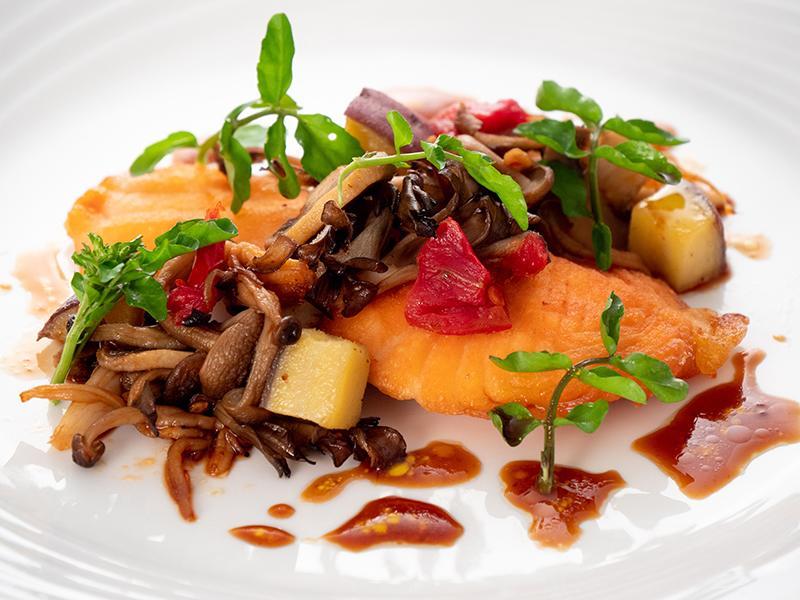 今月の魚料理 サーモンのポワレ 秋の味覚添え