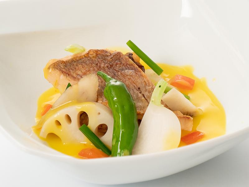 今月の魚料理 鯛のソテーサフランスープ仕立て 根菜添え