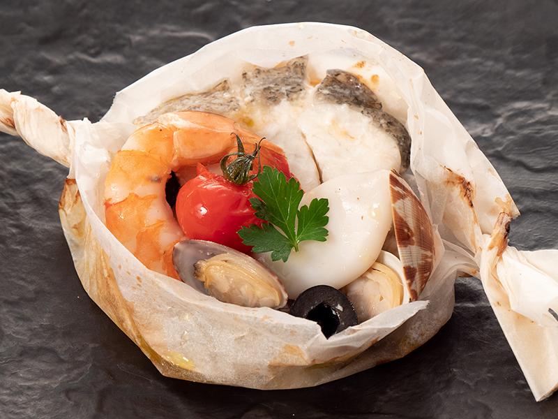 今月の魚料理 スズキとアサリのパピヨット包み焼き