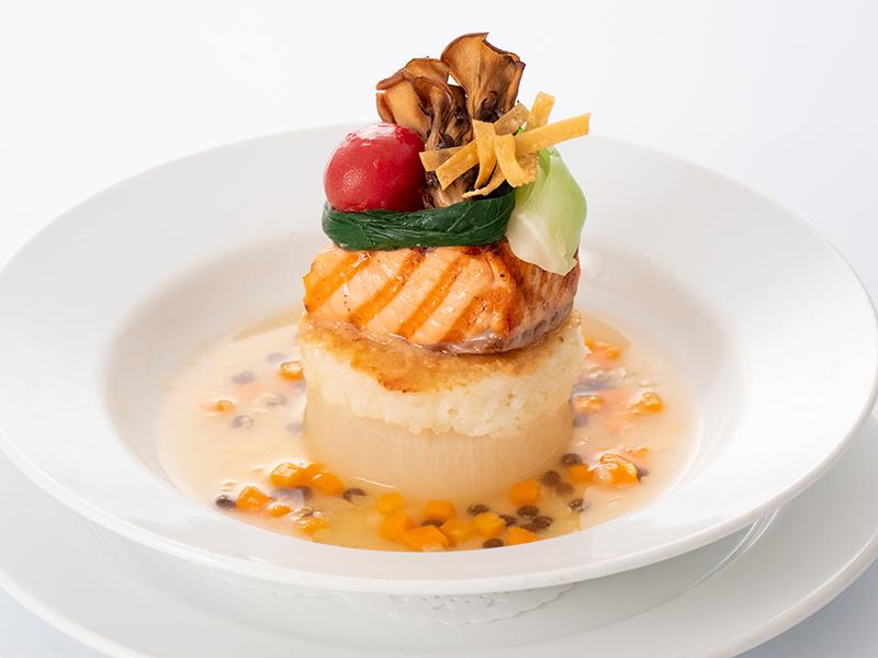 今月の魚料理 サーモンのグリル 柚子風味のスープ