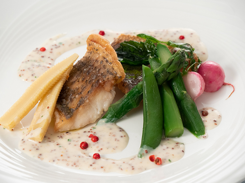 今月の魚料理5月 タイのムニエル 粒マスタード入りホワイトソース