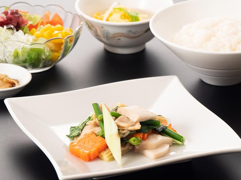 月替わりランチセット5月 豚肉と中国野菜の塩炒め